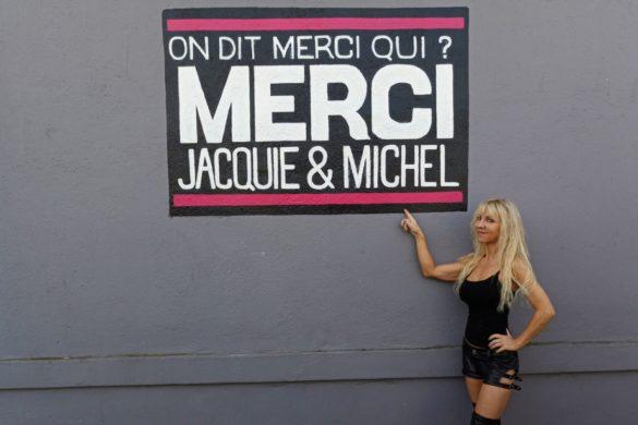 jaquie et michel therese pose fierement devant slogan site prefere 585x390 - Choses vues en ville : la revue de presse du 7 novembre 2017