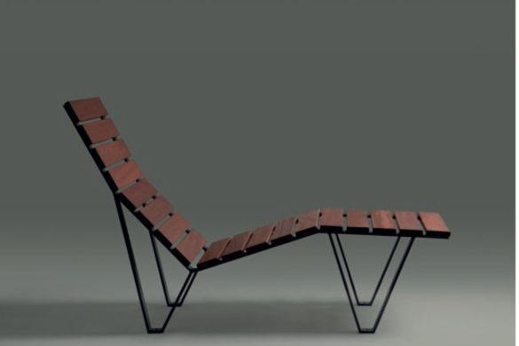 chaise longue harpo santa cole 585x390 - Mobilier urbain : la chaise longue Harpo conçue par Milá, père et fils
