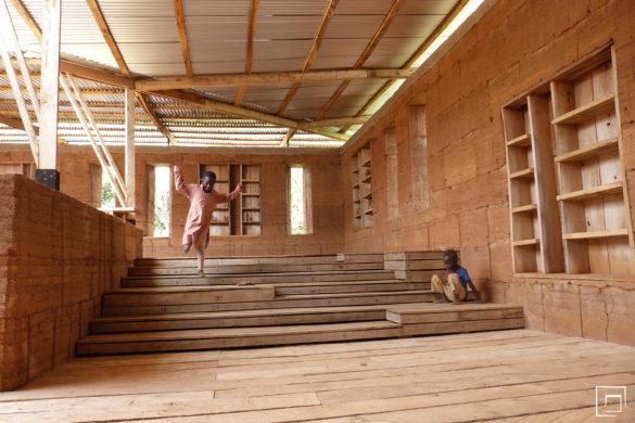 Fcb 12 Interieur 1 585x390 - Construction en terre : une bibliothèque au Ghana