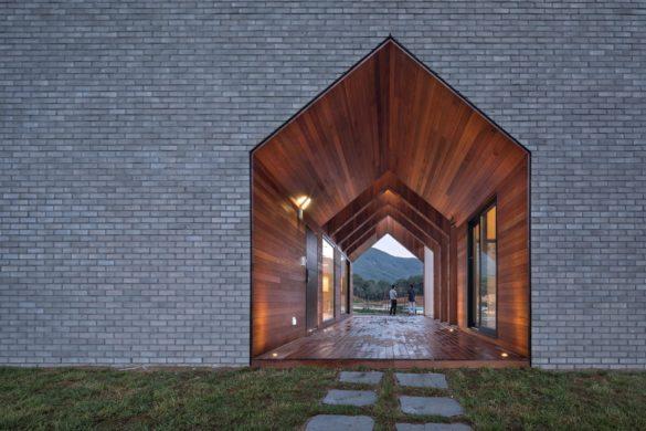 large 1 585x390 - «L'idée d'une maison» en négatif : une lecture poétique de l'architecture vernaculaire