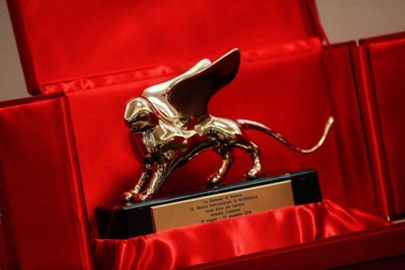 Golden Lion Kenneth Frampton 585x390 - Eduardo Souto de Moura et la Suisse remportent les Golden Lions à la Biennale d'architecture de Venise
