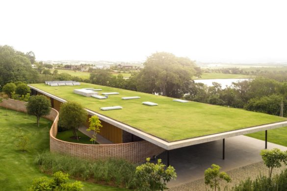 planar house studio mk27 architecture brazil dezeen 2364 hero2 1704x958 585x390 - Planar House, une résidence brésilienne à la toiture végétale monumentale par Studio MK27