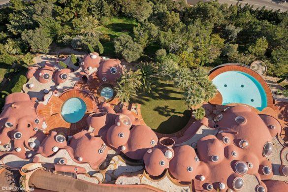 palais bulles projet habitation hors du commun archicree vue aerienne 585x390 - Le Palais Bulles, l'architecture organique et futuriste d'Antti Lovag