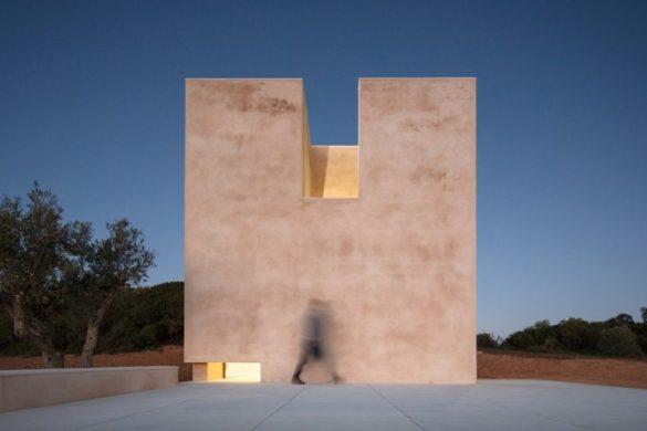alvaro siza viera capela do monte chapel algarve dezeen 2364 hero 2 852x479 585x390 - Álvaro Siza construit une chapelle autosuffisante dans l'Algarve, un retour à la sobriété architecturale