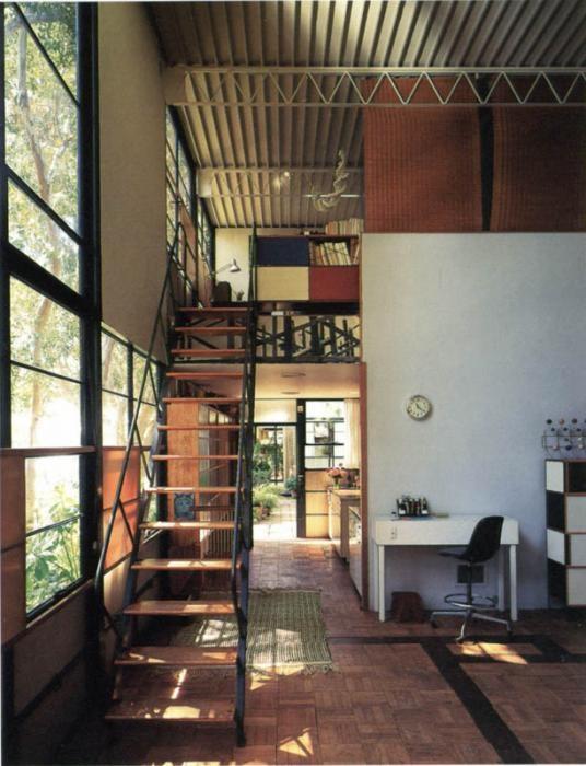 Eames house usa case study interieur escalier - Eames House, la maison américaine au lendemain de la guerre